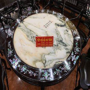 Mặt bàn làm bằng đá tự nhiên vân cực đẹp, xung quang mặt bàn được khảm ốc tinh tế và sang trọng