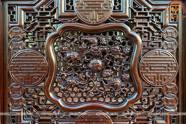 Hình ảnh ngũ lân vờn cầu cùng với chữ Thọ và đồng kim tiền được đục chạm sắc nét và đầy ý nghĩa